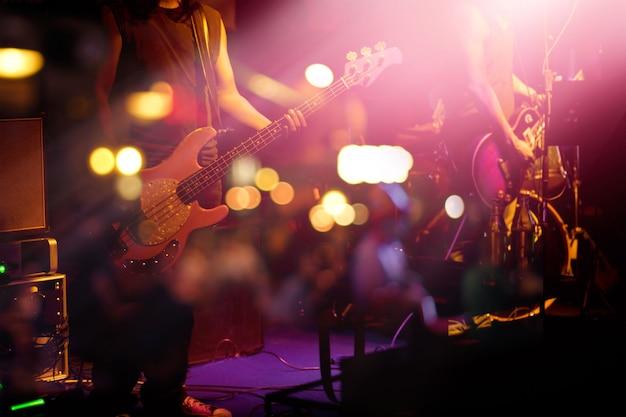 Guitarrista no palco para o fundo Foto Premium