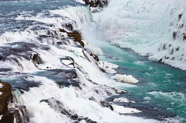 Gullfoss ou cachoeira dourada na temporada de inverno Foto Premium