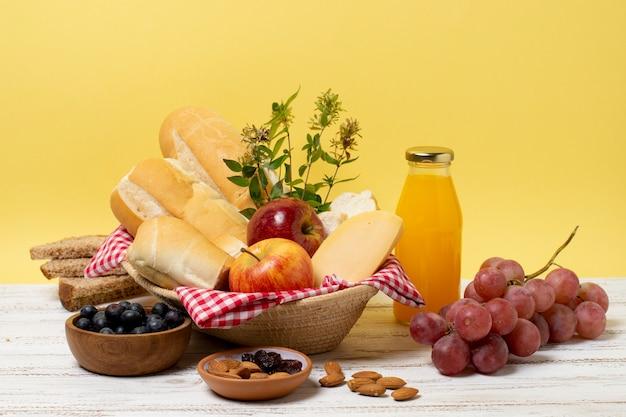 Guloseimas de piquenique saudável na mesa de madeira Foto gratuita