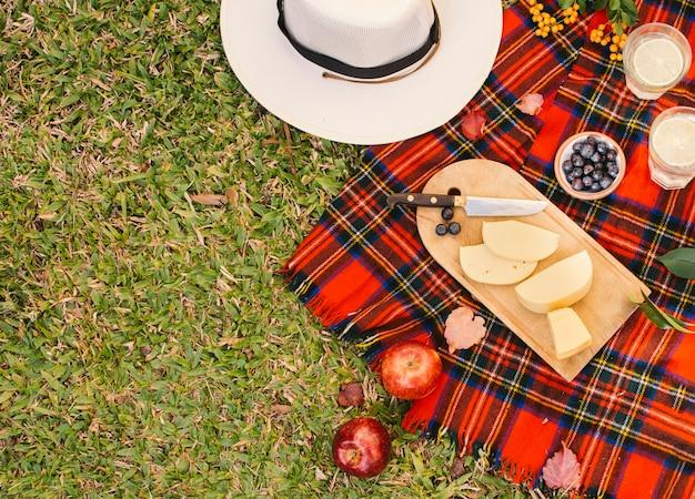 Guloseimas de vista superior no cobertor de piquenique vermelho Foto gratuita