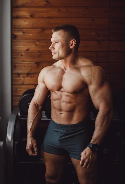 Guy, ajustar, macho, muscular, peso Foto gratuita