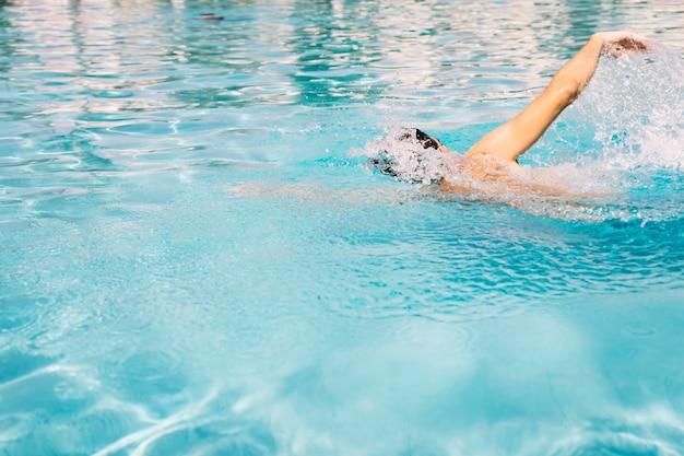 Guy fazendo natação na frente Foto gratuita