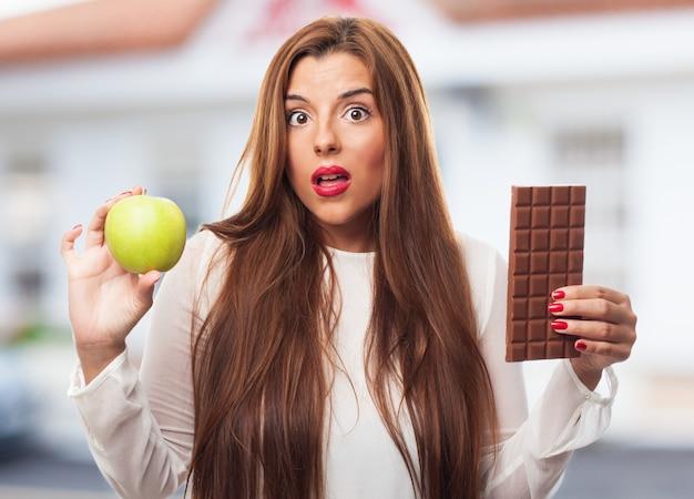 Hábitos alimentares peso à tentação do chocolate Foto gratuita