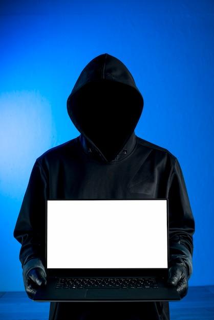 Hacker apresentando modelo de laptop Foto gratuita