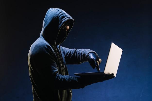 Hacker com laptop Foto gratuita