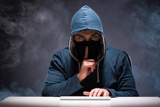 Hacker de computador trabalhando no quarto escuro Foto Premium
