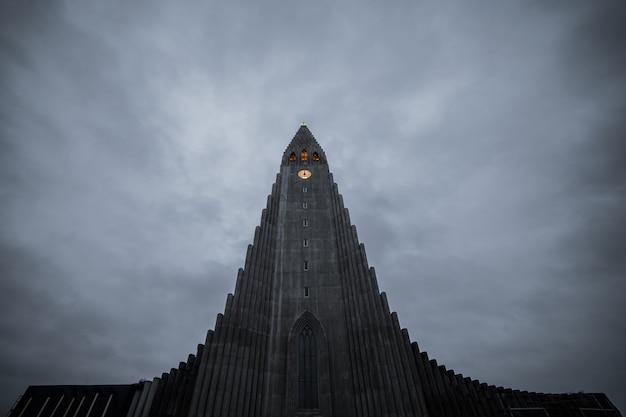 Hallgrimskirkja, catedral de reykjavik em um dia nublado, islândia. Foto Premium