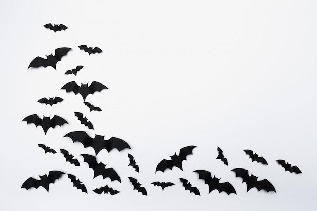 Halloween e decoração conceito - papel morcegos voando fundo Foto Premium