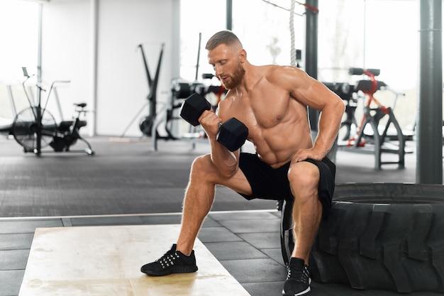 Haltere de exercício de bíceps atleta de ginástica Foto Premium