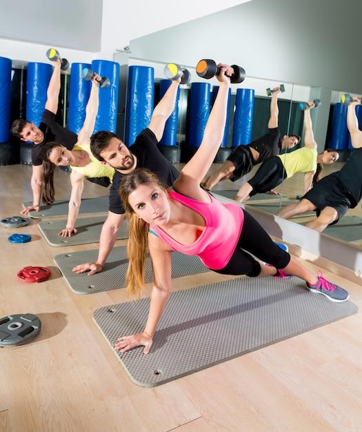Haltere push-up treinamento funcional de grupo no ginásio Foto Premium