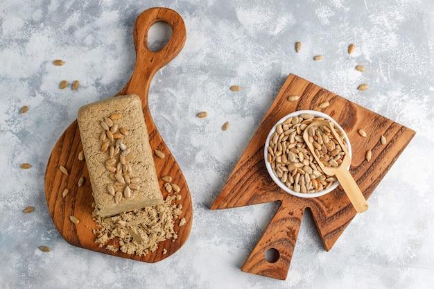 Halva de girassol caseiro na tábua com sementes de girassol Foto gratuita
