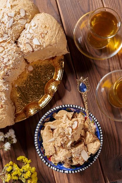 Halva saborosa com chá na mesa Foto Premium