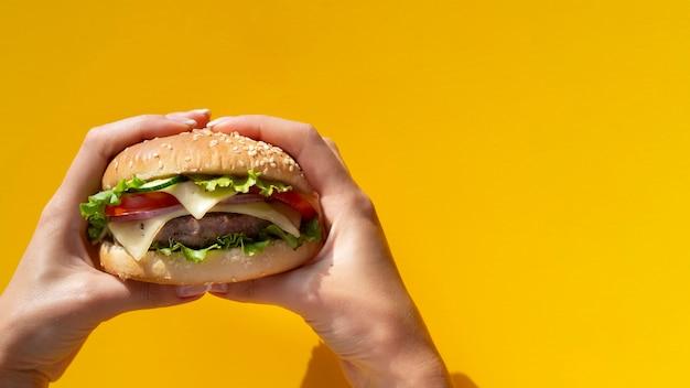 Hamburger realizada na frente de fundo amarelo Foto Premium