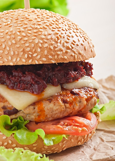 Hambúrguer americano com frango e bacon, molho barbecue caseiro Foto gratuita