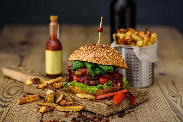 Hambúrguer americano e batatas francesas Foto Premium