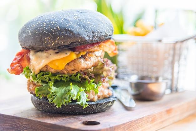 Hambúrguer apetitosa com pão preto Foto gratuita