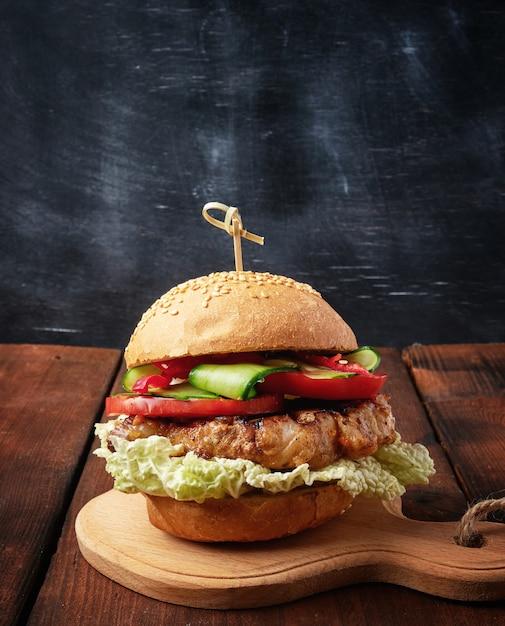 Hambúrguer caseiro com carne de porco frito Foto Premium