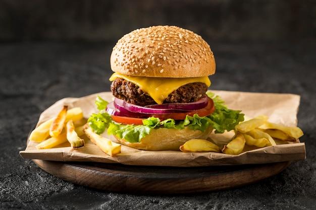 Hambúrguer com batata frita no prato Foto gratuita