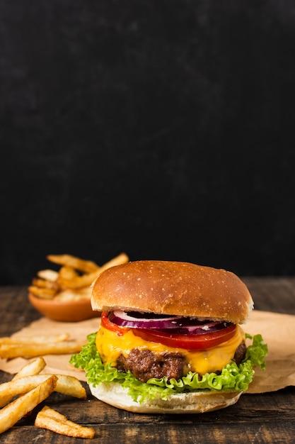 Hambúrguer com batatas fritas e espaço de cópia Foto Premium