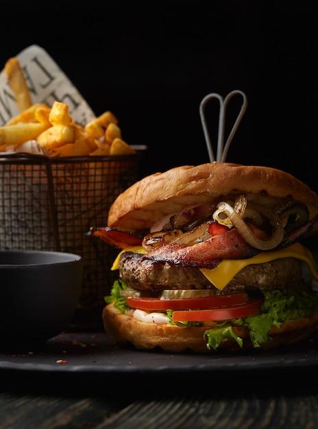 Hambúrguer com batatas fritas Foto gratuita