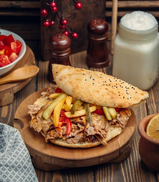 Hambúrguer com carne de quibe, tomate e pepino Foto gratuita
