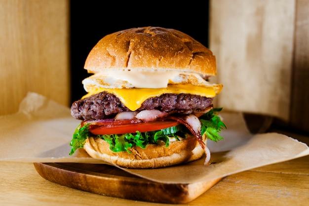 Hambúrguer com carne e legumes close-up Foto Premium