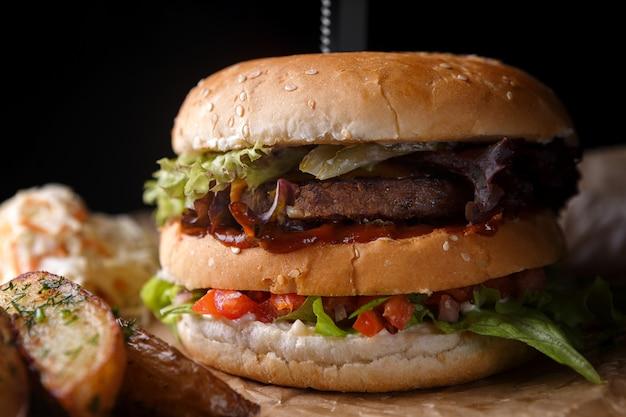 Hambúrguer com carne e legumes Foto Premium