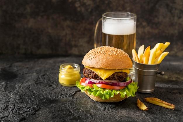 Hambúrguer de carne bovina, batata frita e molho com cerveja Foto gratuita