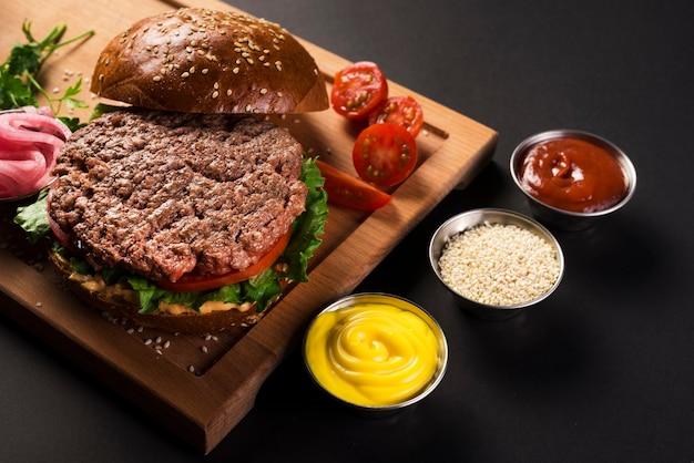 Hambúrguer de carne delicioso pronto para ser servido Foto gratuita