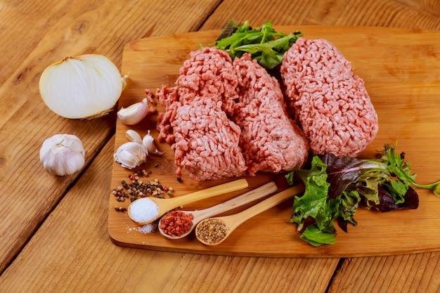 Hambúrguer de carne picada caseira crua fresca com especiarias, Foto Premium