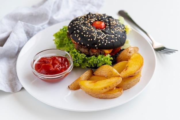 Hambúrguer de close-up com batatas fritas Foto gratuita