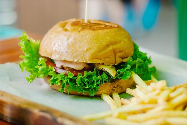 Hambúrguer de frango caseiro com batatas fritas Foto Premium