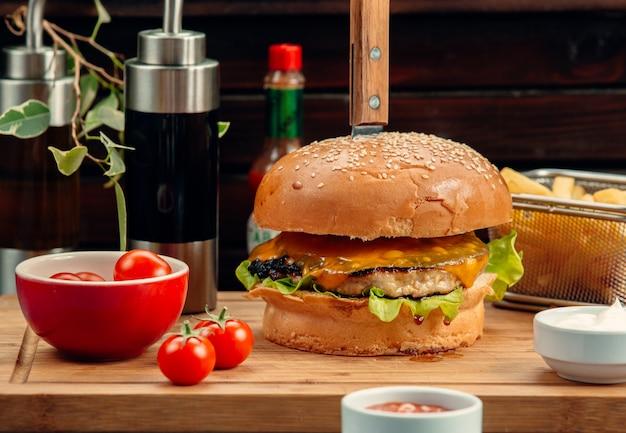Hambúrguer de frango com queijo cheddar e batata frita Foto gratuita