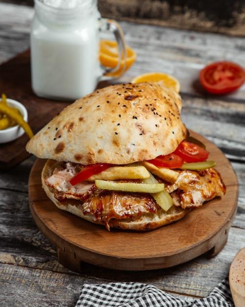 Hambúrguer de frango no pão de gergelim Foto gratuita