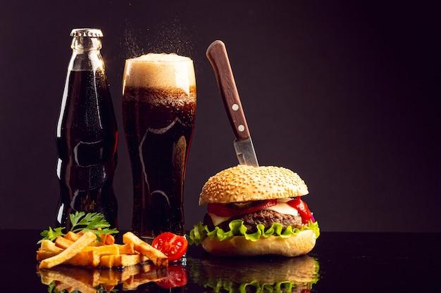 Hambúrguer de vista frontal com batatas fritas Foto gratuita