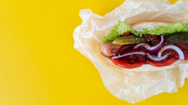 Hambúrguer de vista superior com espaço de cópia Foto gratuita