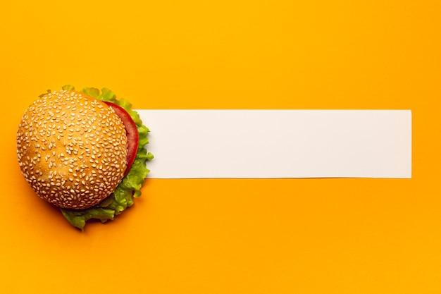 Hambúrguer de vista superior com uma faixa branca Foto gratuita