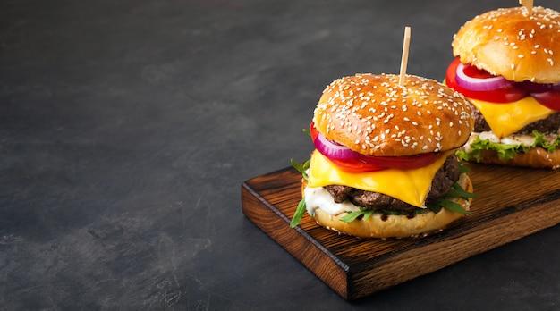 Hamburguer feito home fresco delicioso. Foto Premium