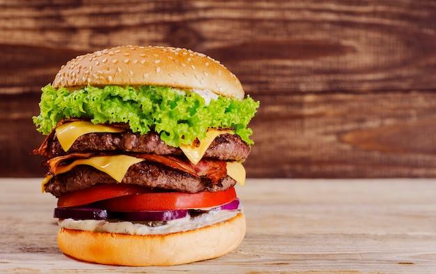 Hambúrguer no contexto de uma árvore 5 Foto Premium