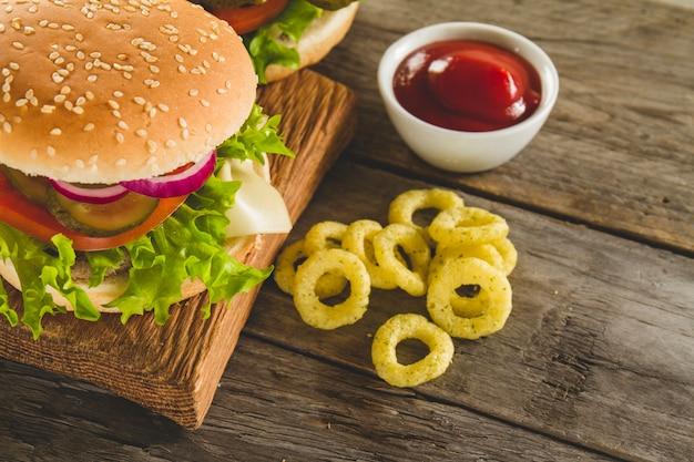 Hambúrguer saboroso com pickles, alface e tomate Foto gratuita