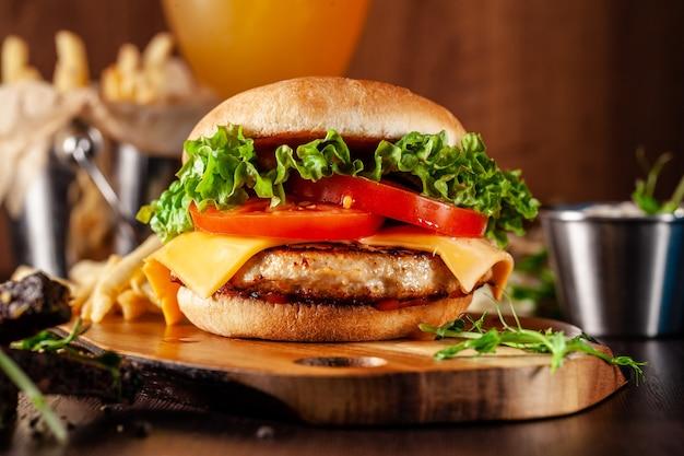 Hambúrguer suculento americano com rissol de carne. Foto Premium