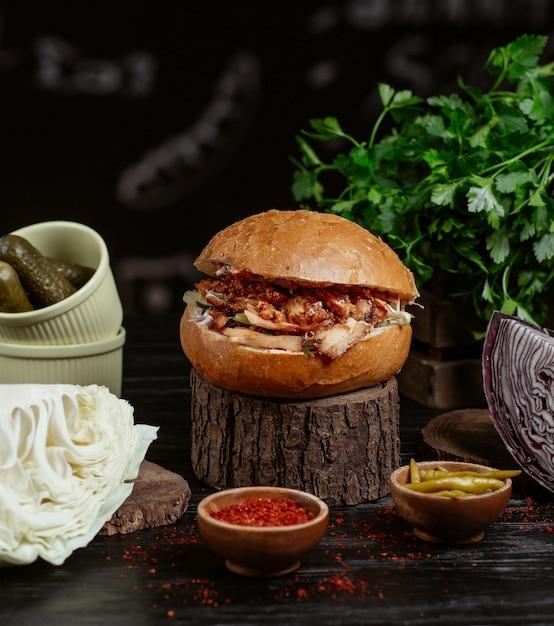 Hambúrguer tradicional kebab turco, pão pão recheado com carne grelhada e legumes. Foto gratuita