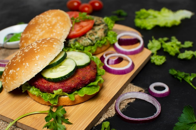 Hambúrguer vegetariano delicioso de alto ângulo Foto gratuita