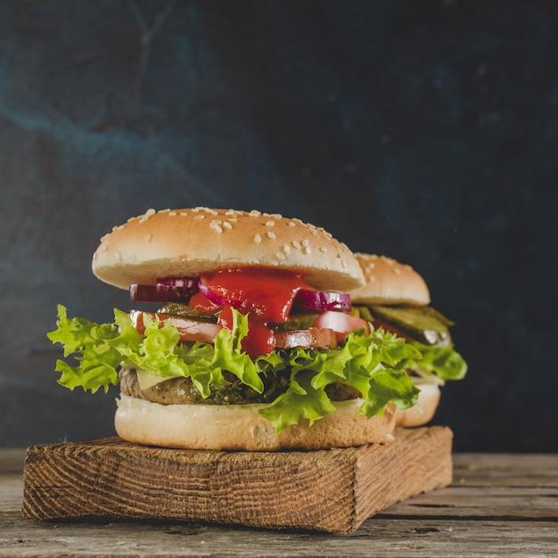 Hambúrgueres apetitosos com molho de tomate Foto gratuita