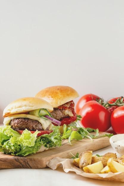 Hambúrgueres caseiros com carne Foto Premium