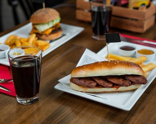 Hambúrgueres com bifes e copo de coca-cola. Foto gratuita