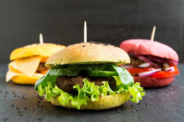 Hambúrgueres com pães coloridos. Foto Premium