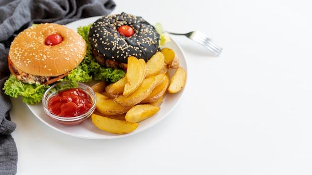 Hambúrgueres de close-up com batatas fritas Foto gratuita