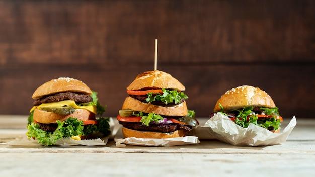 Hambúrgueres de vista frontal na mesa Foto gratuita