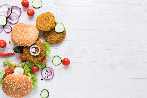 Hambúrgueres de vista superior para vegans com espaço para texto Foto gratuita